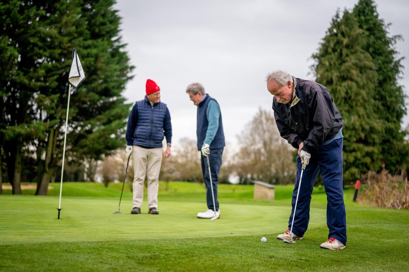 3 people golfing